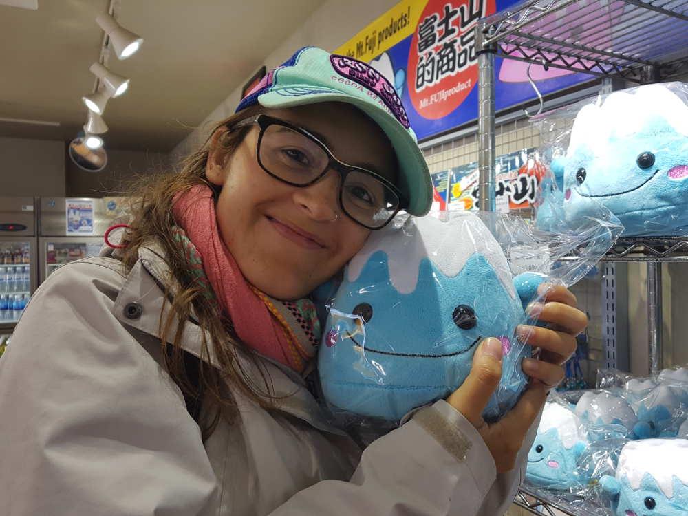 Carla aparece abrazando a un peluche azul del monte Fuji en una tienda de Owakudani.