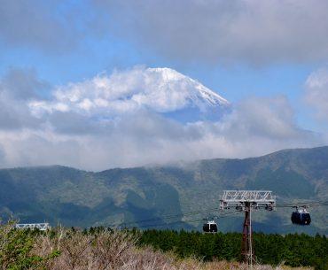 Panorámica del teleférico de Hakone, al fondo montañas y más al fondo por encima el imponente monte Fuji entre nubes.