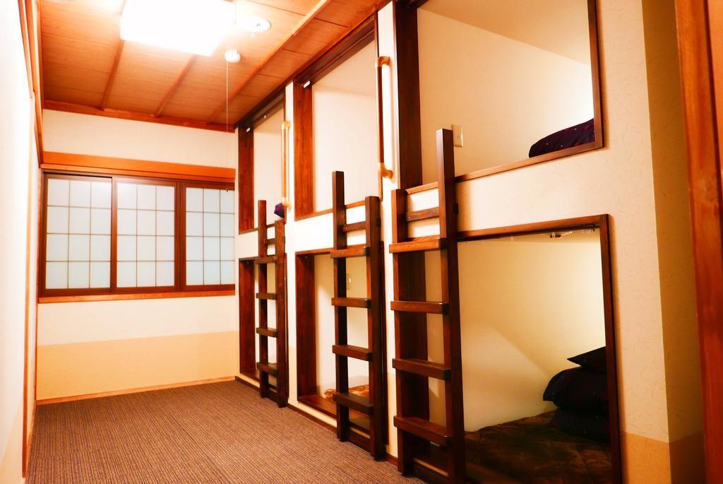 Habitación de hostel, literas de dos pisos con tabique