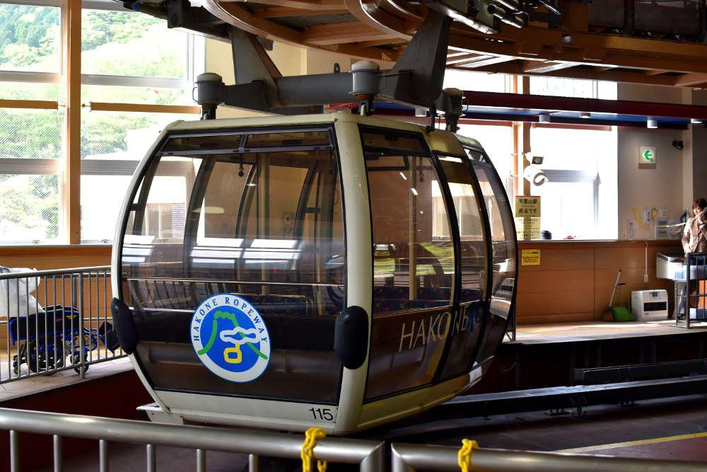 cabina de teleférico de hakone de color marrón con pegatina de hakone ropeway