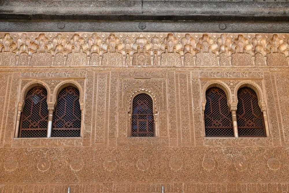 Detalles geométricos y ventanas de estilo árabe.