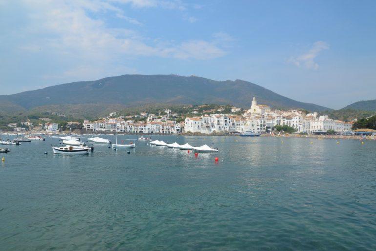 Escapadas desde Barcelona: pueblo blanco de Cadaqués con el mar delante