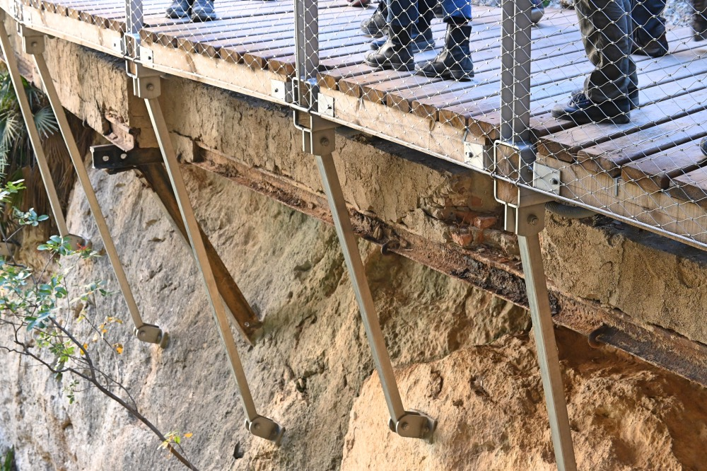 Hacer el Caminito del Rey en Málaga: detalle de la pasarela nueva con los restos de la pasarela antigua debajo.