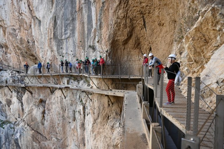 Grupo de gente en las pasarelas que conforman el Caminito del Rey.