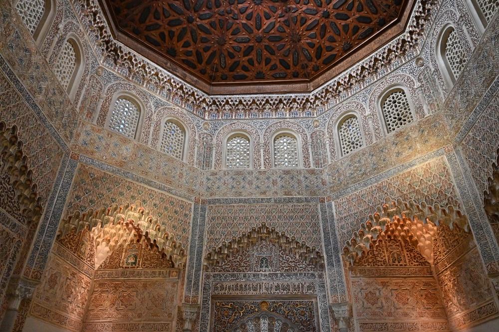 Qué hacer en Granada: paredes de la madraza con formas geométricas.