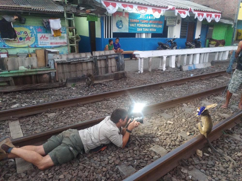 Joan de la Malla tirado en una vía del tren haciéndole una foto a un macaco