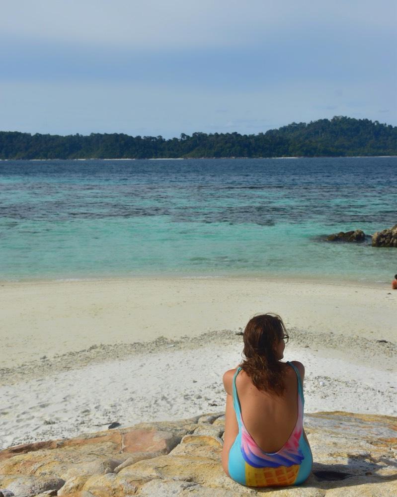 Yo sentada mirando al mar turquesa.