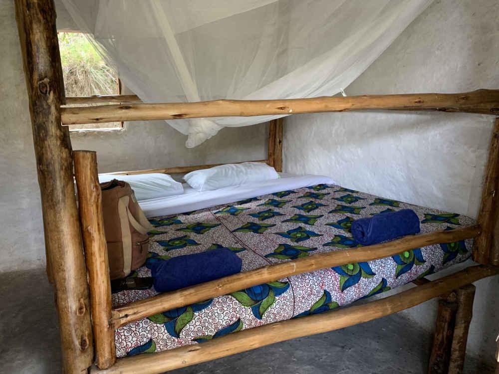 Cama doble hecha de bambú y mosquitera