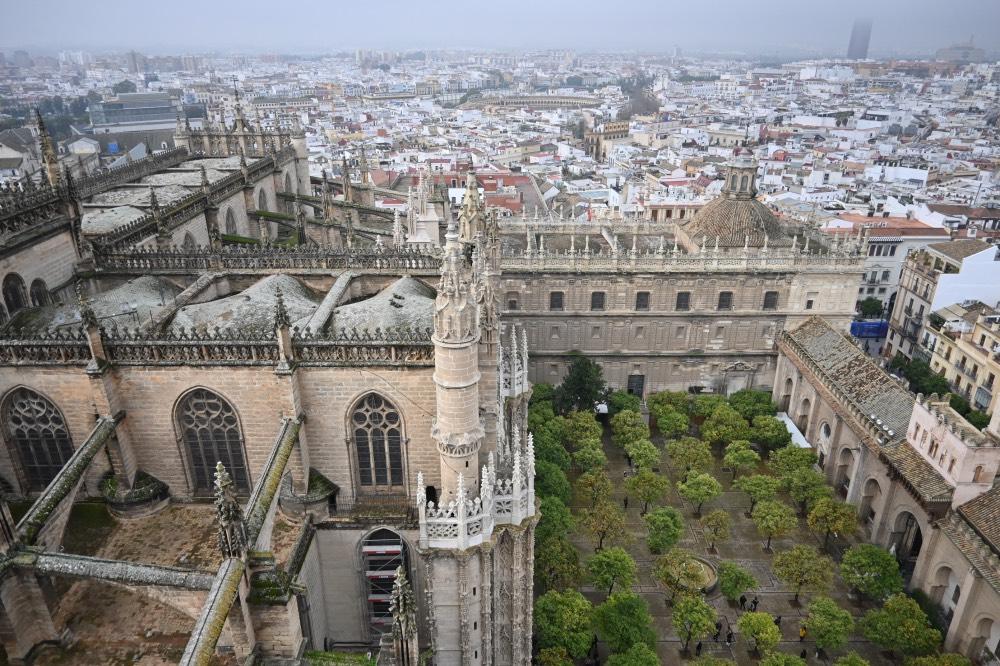 Vistas del Patio de los Naranjos y la cubierta de la Catedral desde la Giralda