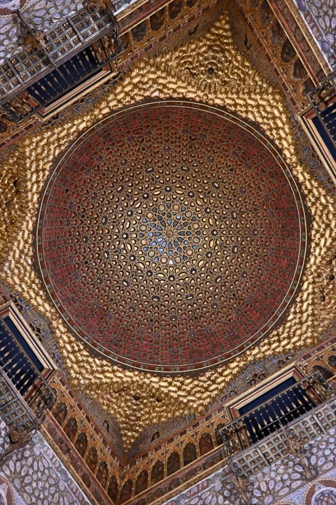 Cúpula de la sala del trono con formas geométricas y tonos marrones, dorados y azules.