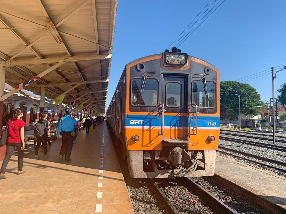 Moverse por Tailandia en transporte público: tren llegando a la estación.