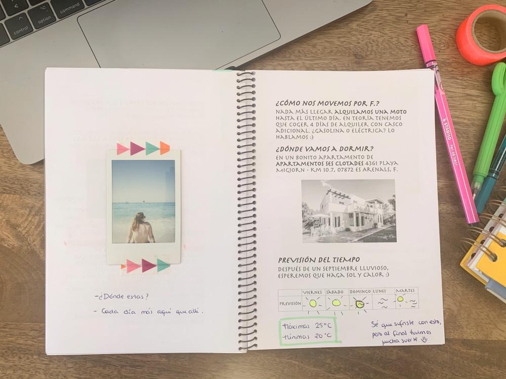 Cuaderno abierto. En la página izquierda, foto mía de espaldas. En la otra página, un texto de la guía sobre el transporte y el alojamiento.