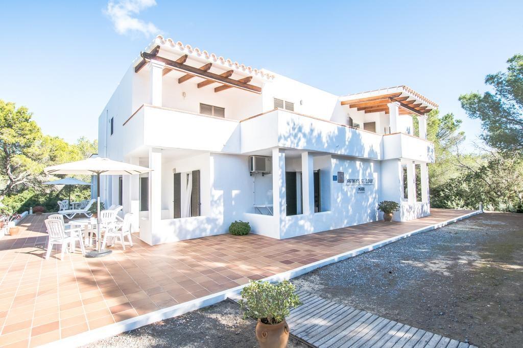 apartamentos es clorales en Formentera edificio blanco con apartamentos individuales rodeado de naturaleza