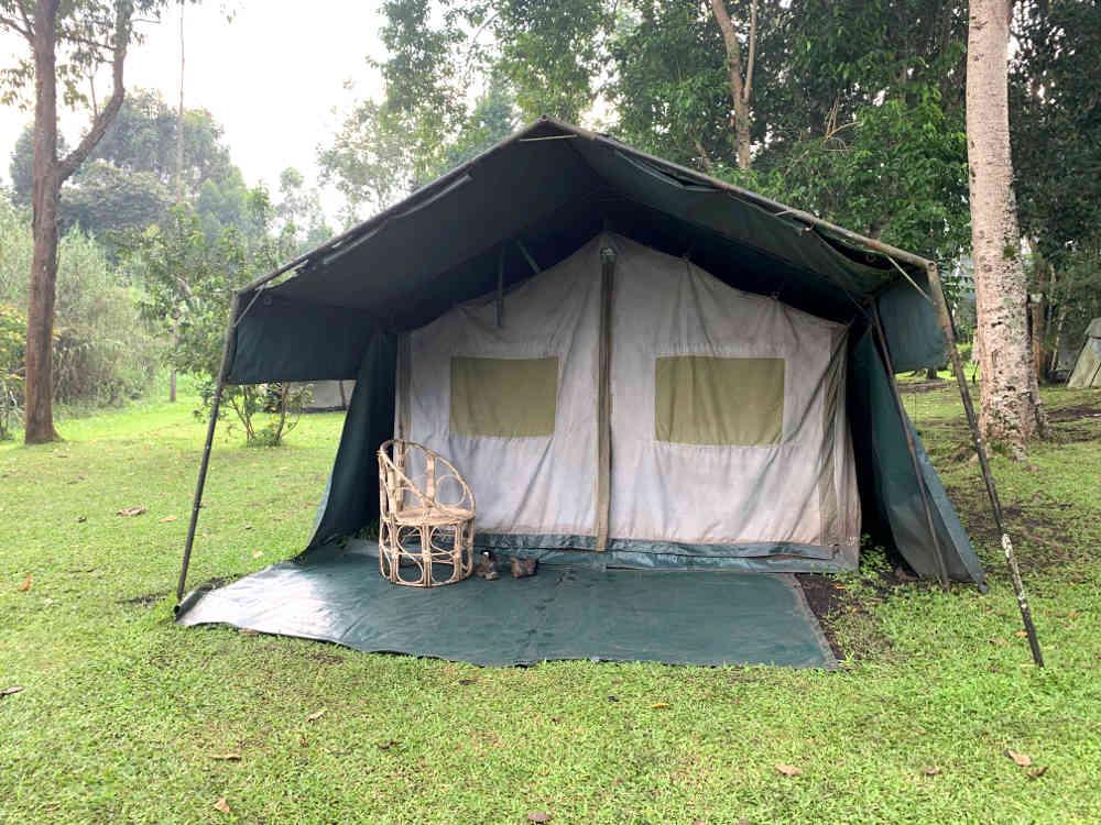 Dónde dormir en Uganda: tienda de campaña grande con una silla fuera