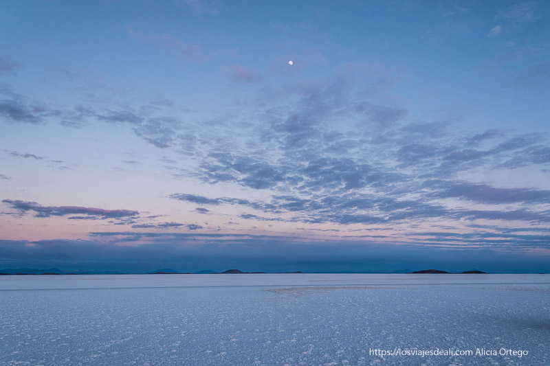 Viajar a destinos poco turísticos: salar de uyuni al amanecer
