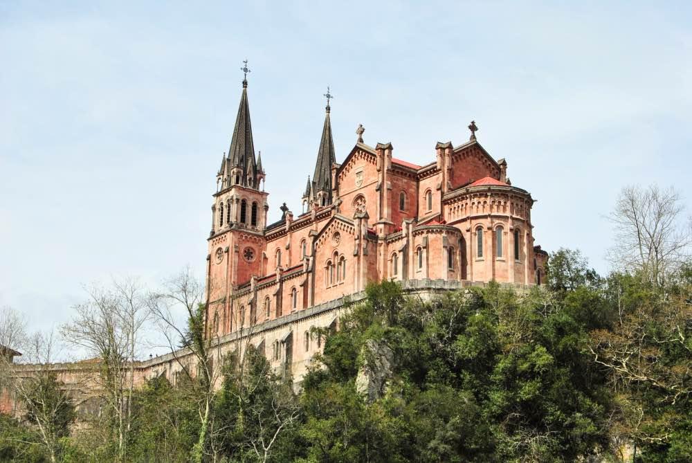 Basílica vista desde atrás y desde abajo