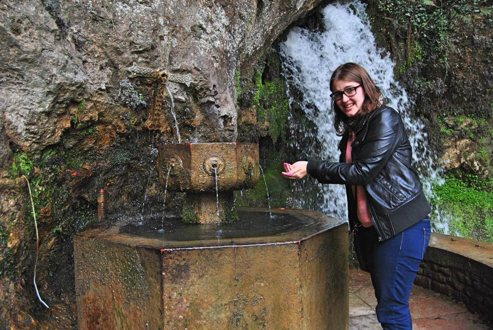 Qué ver en Covadonga: Yo bebiendo de la fuente con cara de disgusto.