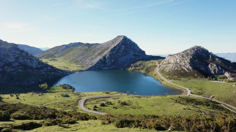 Lago azul entre montañas y vegetación