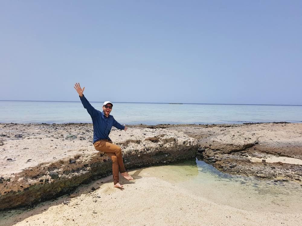 Adrián vestido de arriba a abajo en la playa