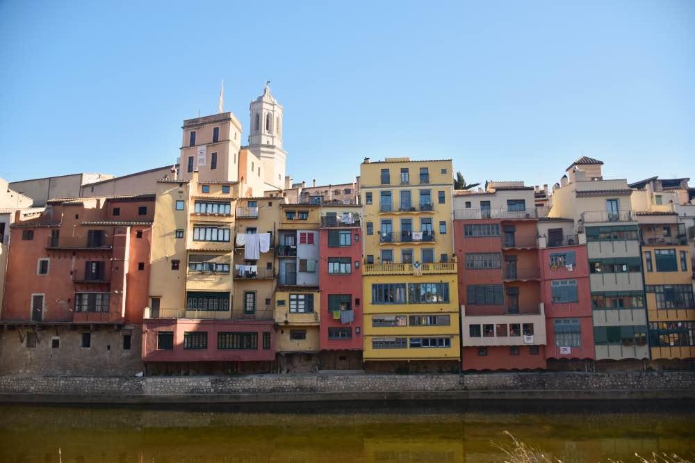 Casas colgadas por encima del río. Cada una tiene una forma y un color de la fachada diferente.