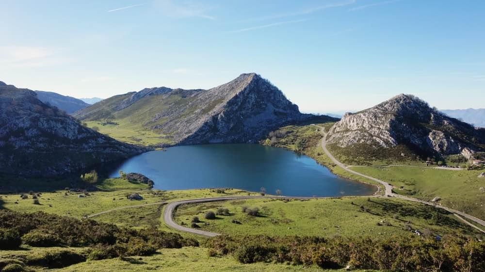 una semana en Asturias: lago azul con montañas de fondo