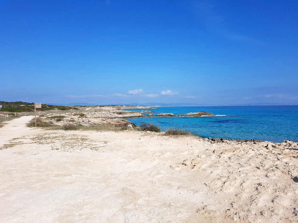 vista general de la playa es migaron, mar y cielo azul, paseo de arena blanca, no hay gente