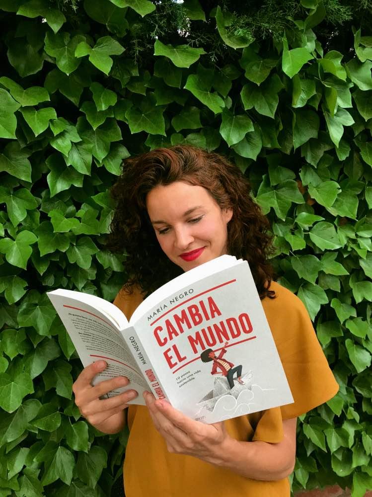 María Negro con su primer libro, 'Cambia el mundo'