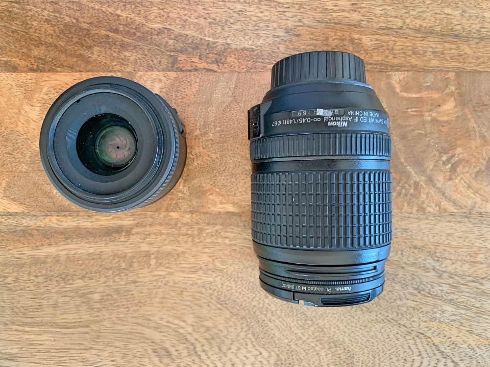 Mi equipo fotográfico para viajar: dos objetivos para la cámara, uno más grande y otro más pequeño.
