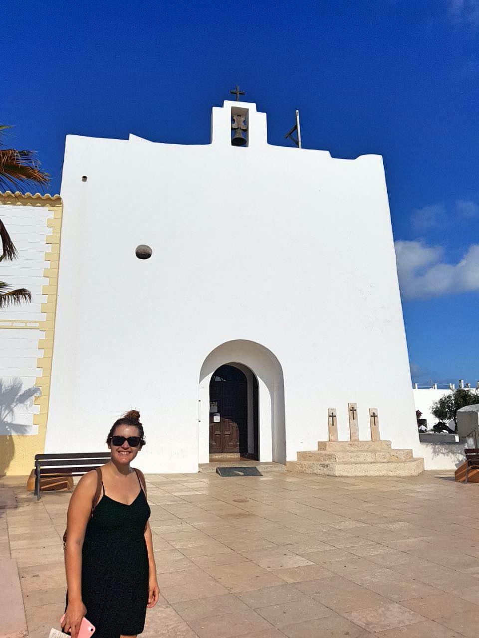 Qué hacer en Formentera: foto en la que salgo yo con la iglesia de San Francesc de fondo