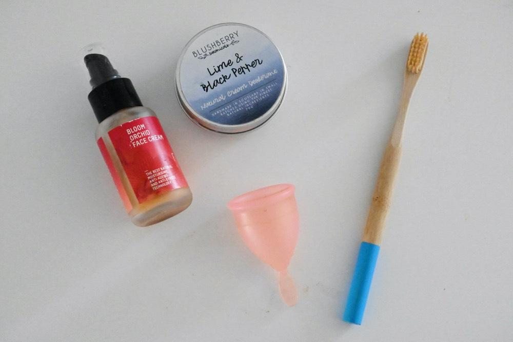 Crema hidratante, desodorante en lata, copa menstrual y cepillo de dientes de bambú