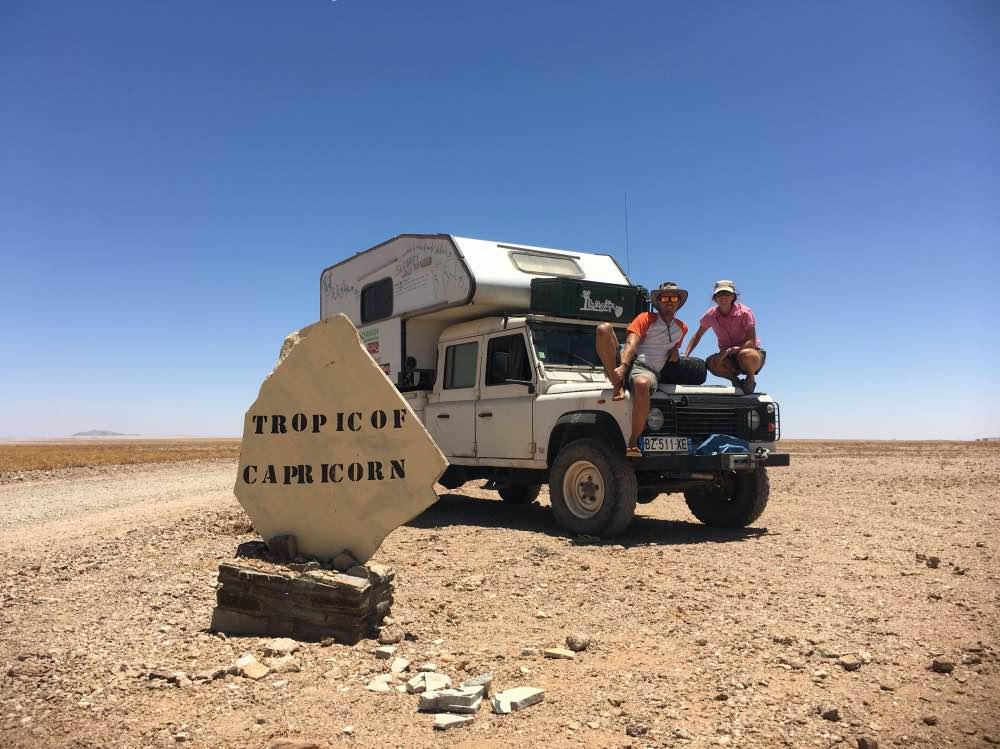 Juancar y Rosalía a bordo de Rocinante en el Trópico de Capricornio en su viaje por África y Sudamérica