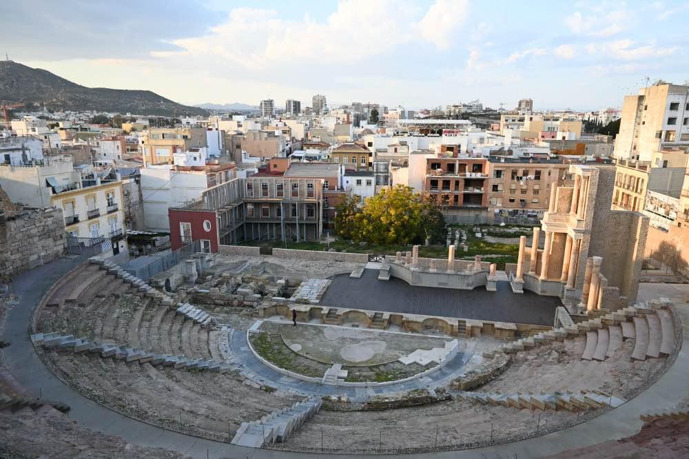 Teatro romano con la ciudad de fondo
