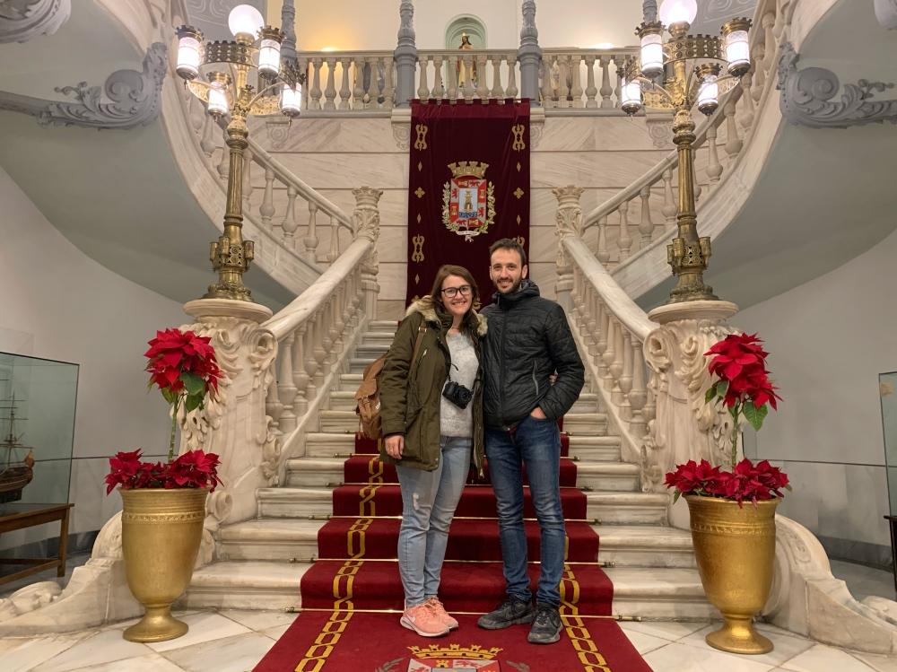 Adrián y yo a los pies de la escalera del Palacio Consistorial