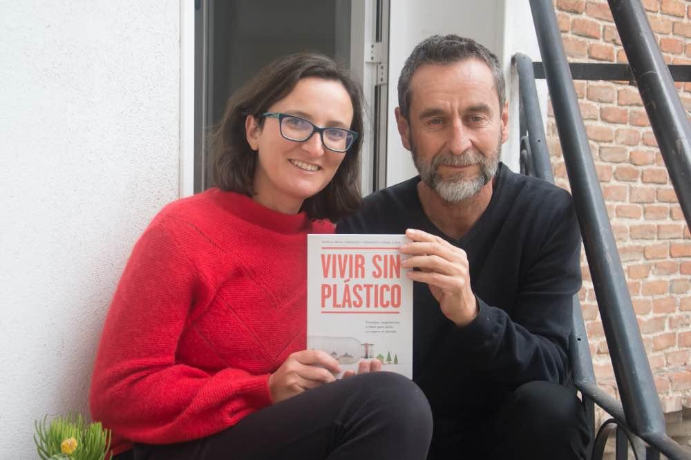 Patri y Fer con su libro, 'Vivir sin plástico'