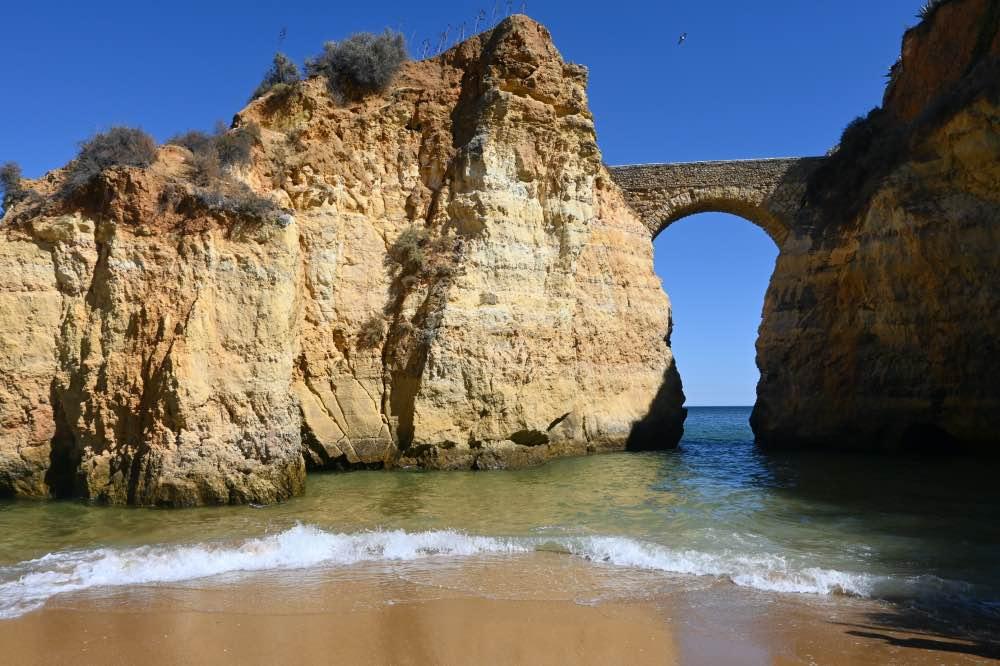 La Praia dos Estudiantes, conocida por el arco que une un peñasco con tierra firme.