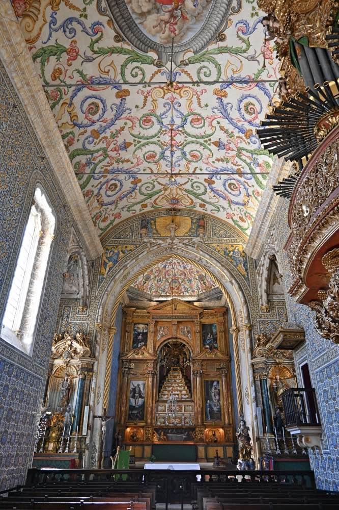 Capilla con paredes revestidas de azulejos. El techo también decorado con formas circulares. Al fondo, un retablo de estilo manierista.