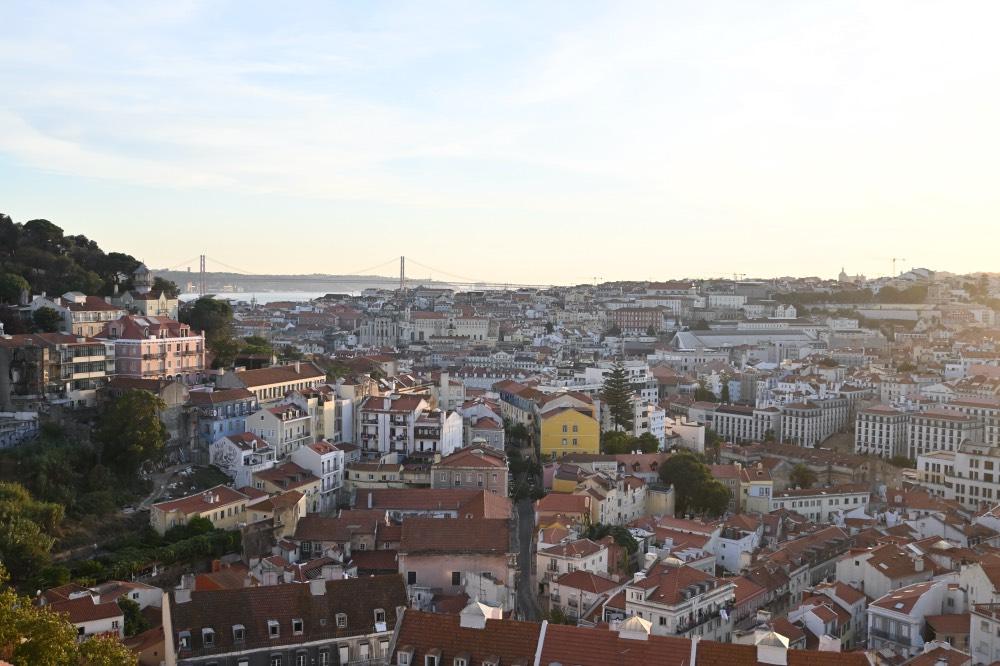 Portugal en 15 días: Ciudad de Lisboa desde un mirador. Al fondo se ve el río y el puente 25 de abril