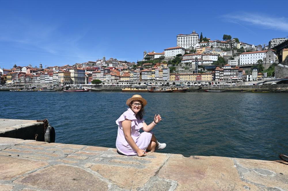 Sentada frente al Duero con la ciudad de Oporto al otro lado del río