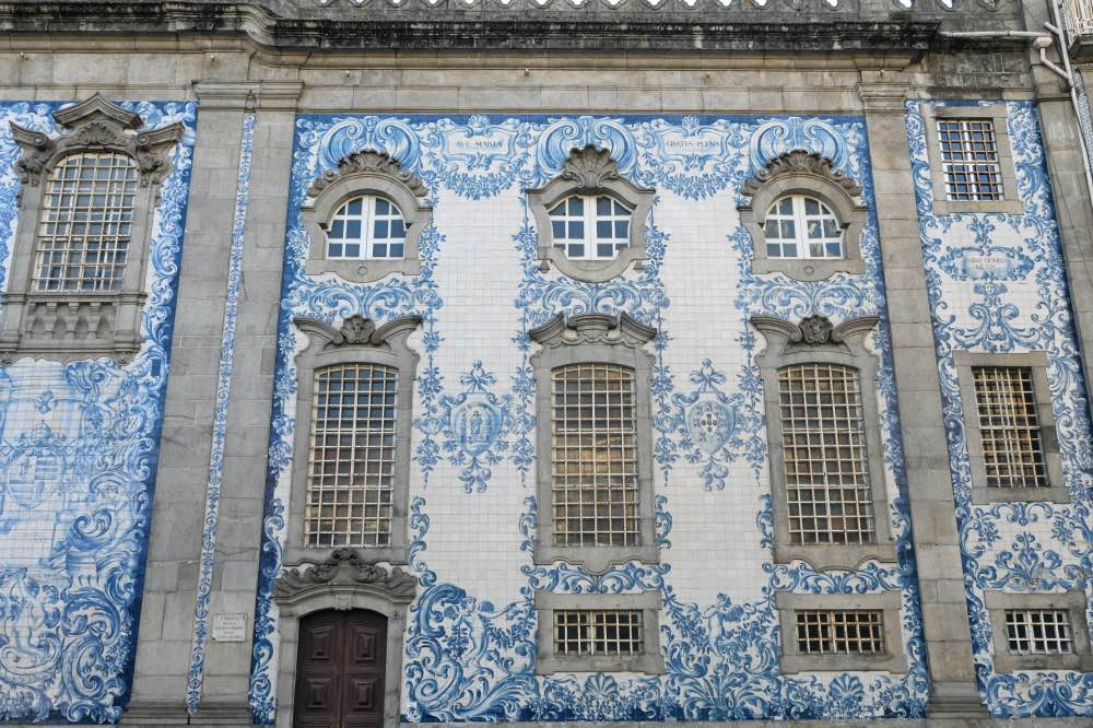 El lateral de la Capela das Almas recubierto de azulejos