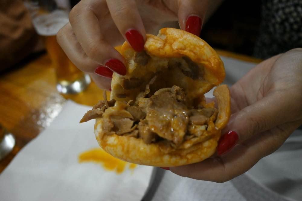 Qué hacer en Oporto: comer una bifana, un bocadillo de cerdo marinado.