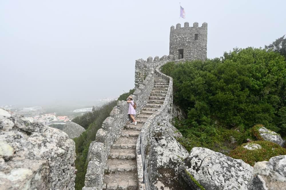 Qué hacer en Sintra: El Castillo dos Mouros rodeado de niebla