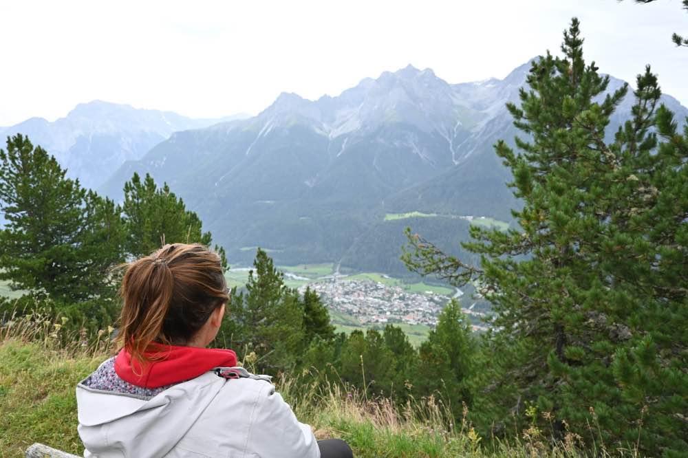 preparativos para viajar a Suiza: sentada en un banco con vistas a un valle