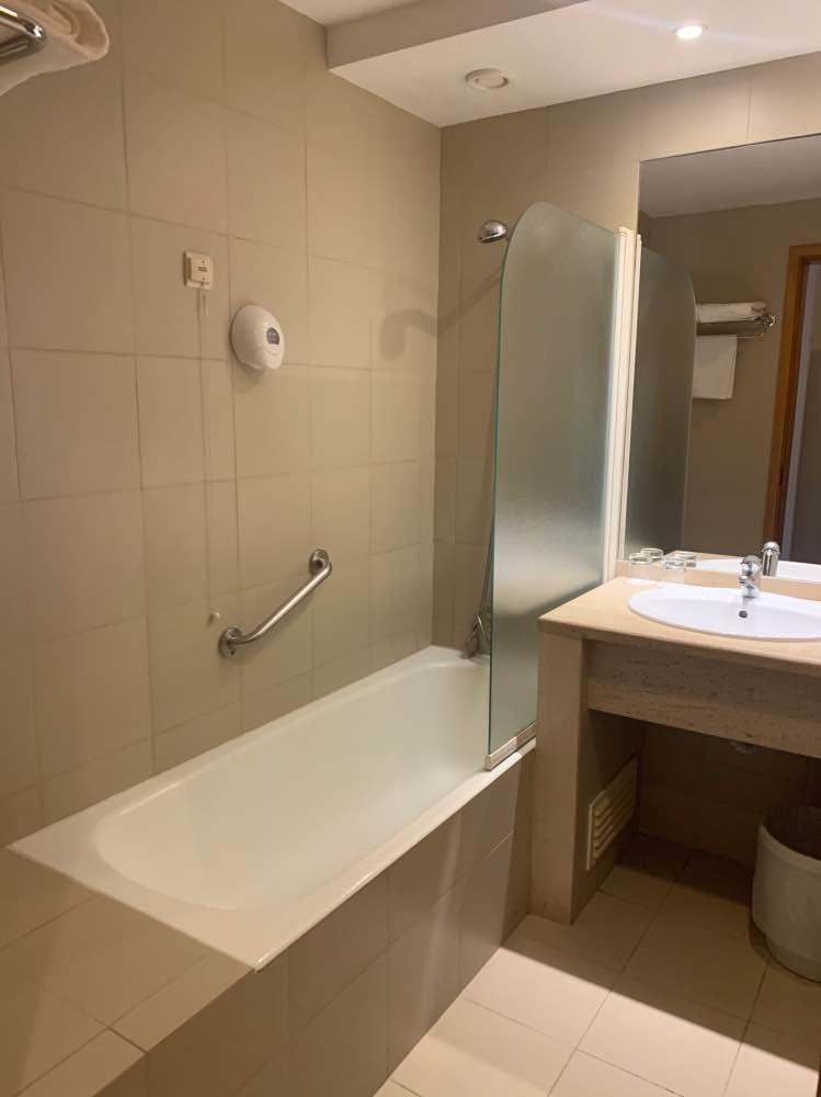 El baño de la habitación, con bañera