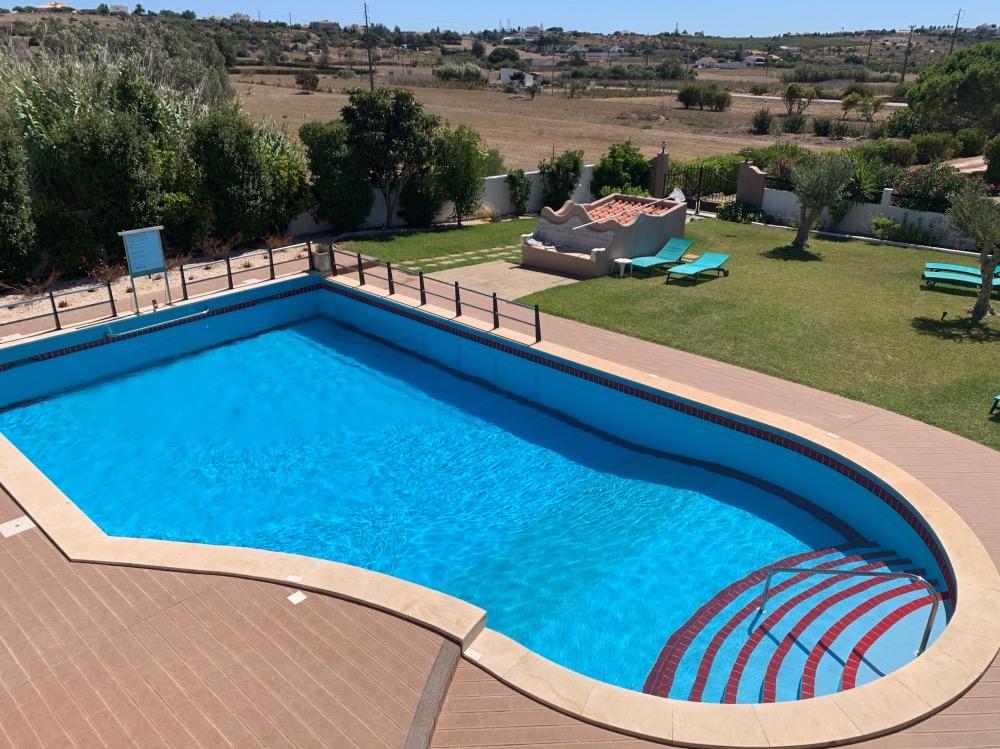 Dónde dormir en el Algarve: La piscina de nuestro alojamiento en Praia da Luz