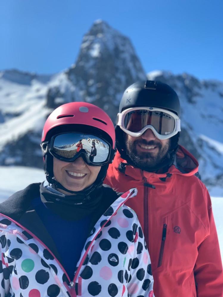 Pablo y Marta en las montañas, esquiando
