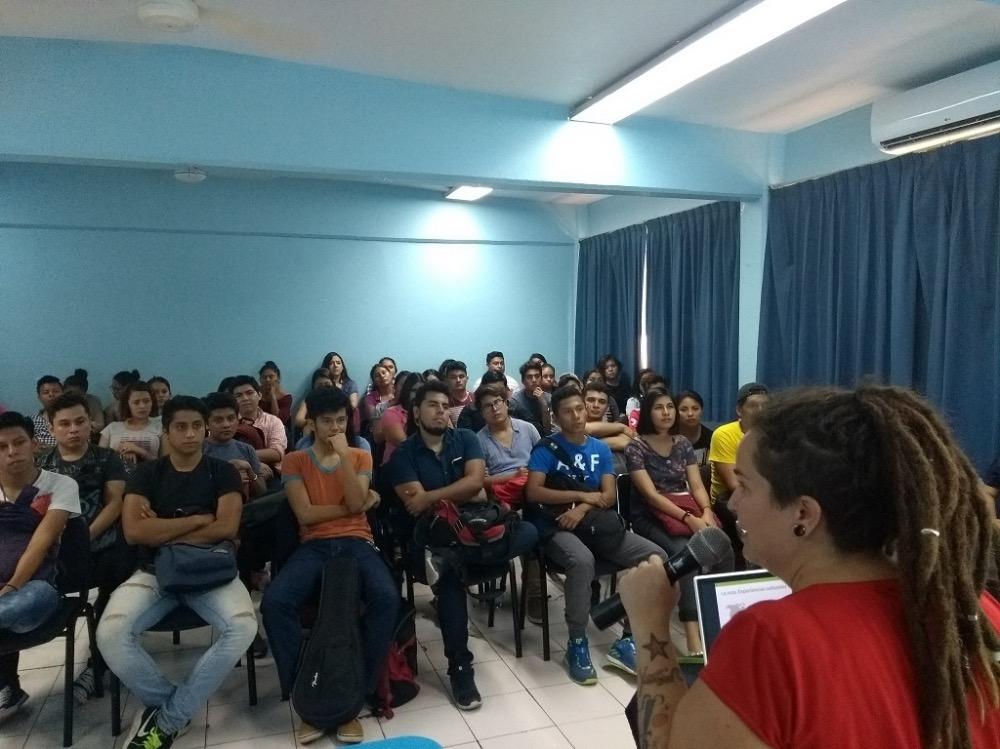 Kàra dando una conferencia en Chiapas, México