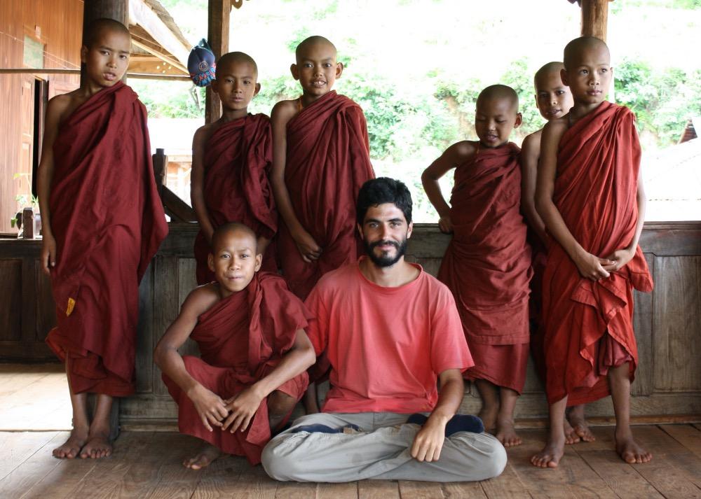 Antonio con los monjes de un monasterio en Birmania. Historias de nuestro planeta