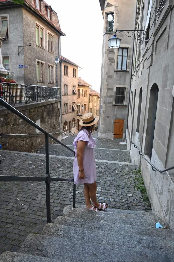 Qué hacer en Ginebra: yo apoyada en una barandilla en unas escaleras en el casco antiguo