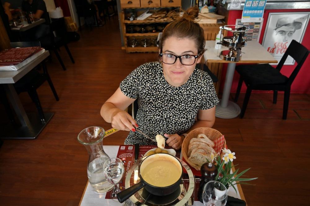 Una rica fondue de queso en Le Gruyerien