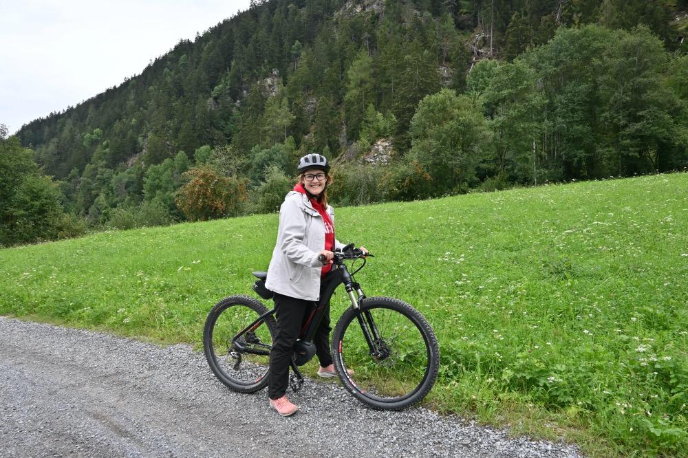 visitar Val Müstair: yo con una bicicleta eléctrica